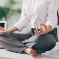 オフィスで瞑想する女性