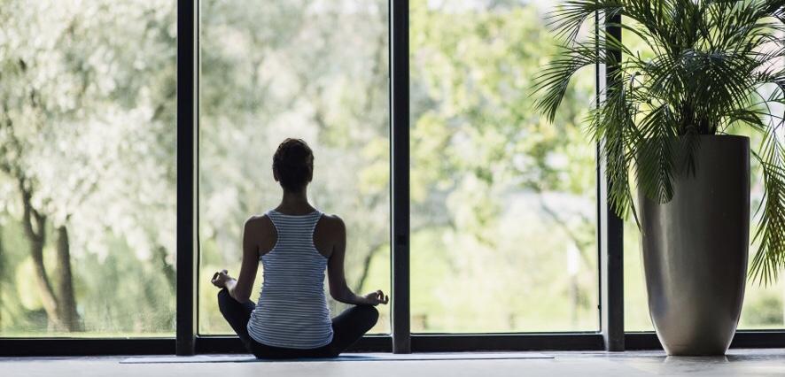 瞑想する女性の風景